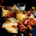Wie serviert man Käse auf der Schieferplatte wie ein Profi?